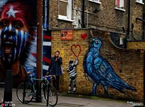 Le smartphone, l'enfant et l'oiseau.The smartphone, the Children and the Bird