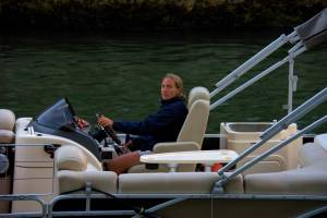 Une vedette privée passe aussi lentement ..A private boat slowly pass on the river ..