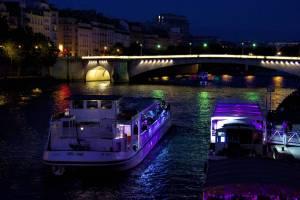 Les bateaux continuent leurs va-et-vients sans que la lumière changeante ne les décourage ...The boats continue their journeys and the changing light does not discourage them ...