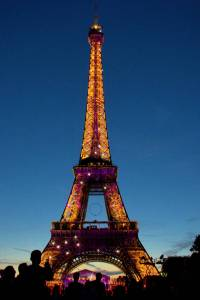 Eiffel Tower is wearing her lights ..